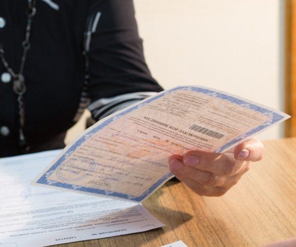 Мужчина собирает документы на прохождения медкомиссии на выдачу ВУ