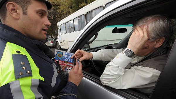 Сотрудник ДПС останавливает водителя-инвалида и проверяет документы