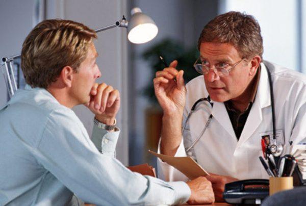Водитель общается с врачом по вопросу прохождения медицинского освидетельствования
