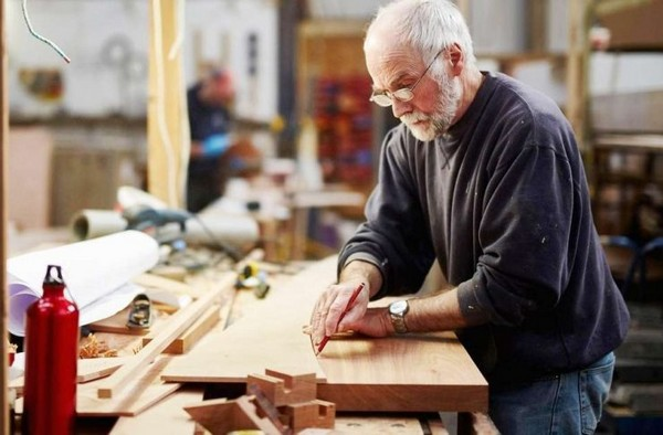 В некоторых случаях работать, получая пенсию, запрещено, либо пенсия перестанет начисляться, если человек трудоустроится