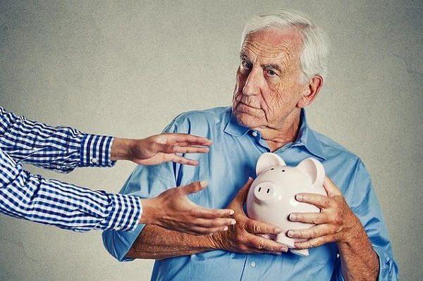 Если гражданин вышел на пенсию досрочно, он может обратиться в НПФ для выплаты его накоплений