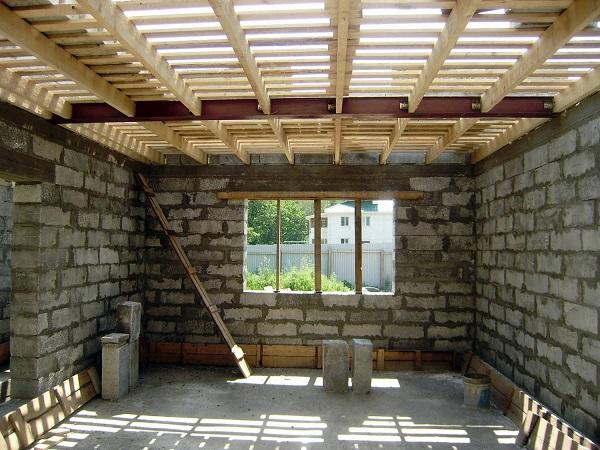 Дома, выстроенные из бетонных блоков или кирпича, но имеющие деревянные перекрытия, относятся к средней группе огнестойкости. Все дерево, используемое в строительстве, должно иметь качественную обработку антипиренами, которые задержат возгорание древесины в случае возникновения возгорания