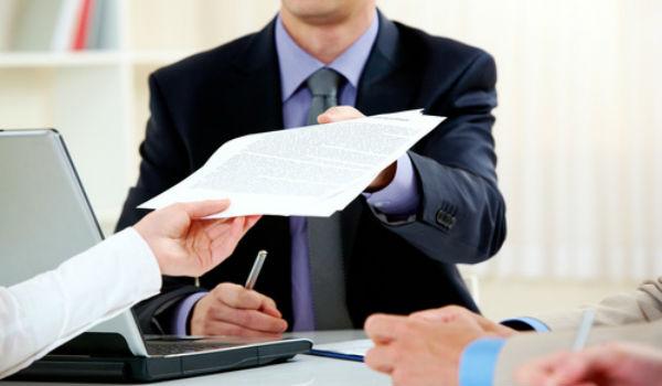 Сотрудник банка принимает документы