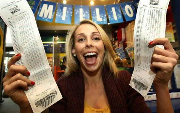Человек выигрывает в лотерею