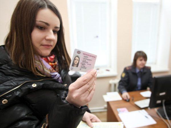 Девушка смотрит на дату истечения срока своих прав