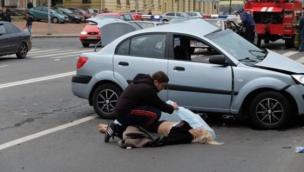 До приезда бригады медработников пострадавших с сильными повреждениями нельзя трогать или перемещать