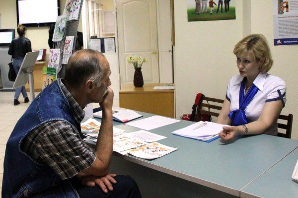 Гражданину объясняют, почему отказываются начислять пенсию