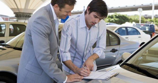 Иностранец продает машину в России