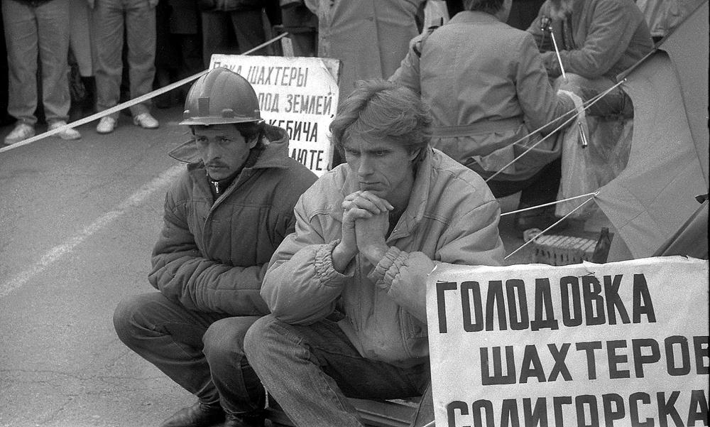 Нищета и бесперспективность России во времена правления Ельцина вынуждали многих граждан покидать страну
