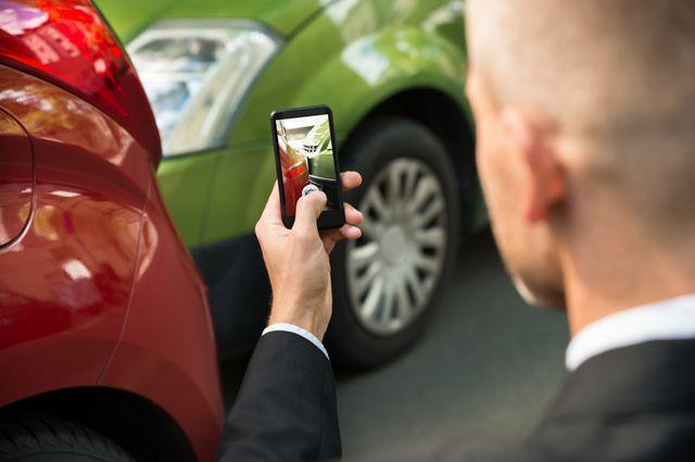 Перед тем, как покинуть место инцидента для помощи пострадавшим, водитель должен зафиксировать обстоятельства с помощью фото- и видеосъемки
