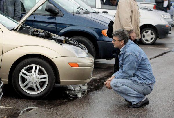 Покупатель осматривает машину