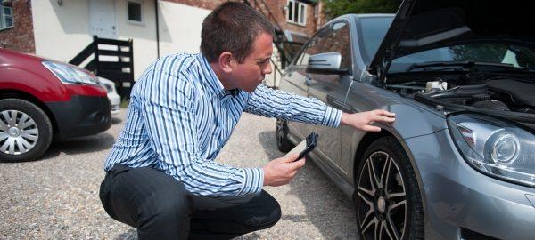 Потенциальный покупатель осматривает машину