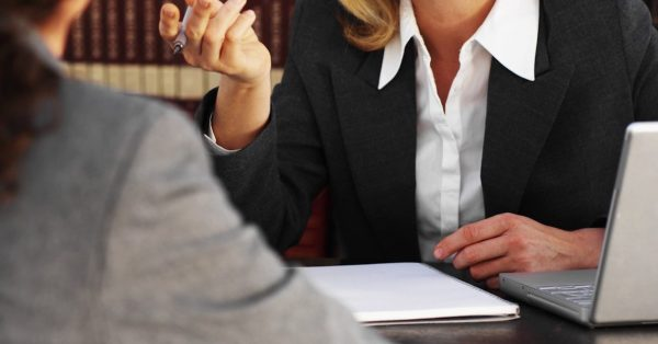 Женщина обращается за помощью к адвокату, чтобы оформить пенсию