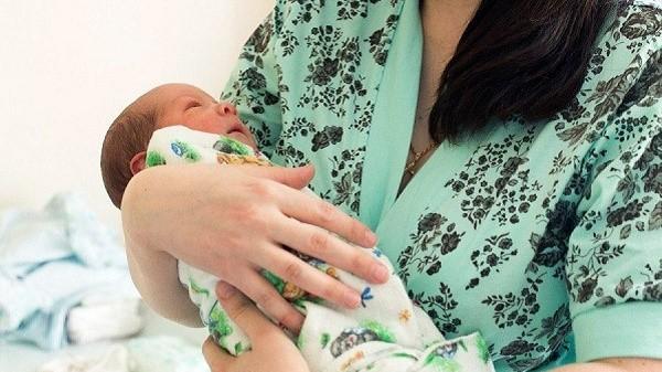 Рождение детей - настоящее чудо, которое, как ни крути, сопровождается впоследствии бумажной волокитой. Давайте узнаем, какие документы нужно оформить в первую очередь