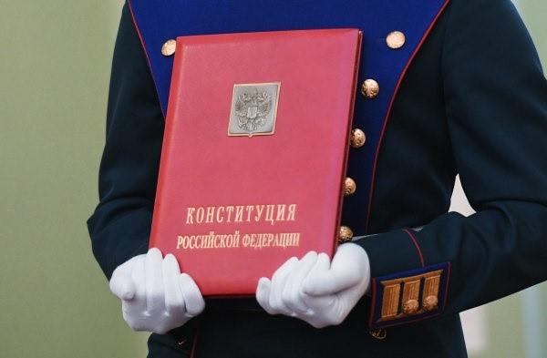 История Конституции началась еще в царские времена, но в том виде, какой документ есть сейчас, он впервые был создан и представлен на народный суд только в 1993 году, после распада Советского Союза