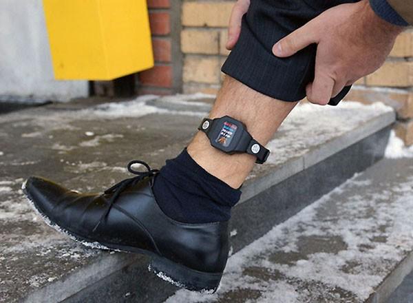 Граждане, осужденные к ограничению свободы, часто носят браслет, с помощью которого отслеживается его местонахождение
