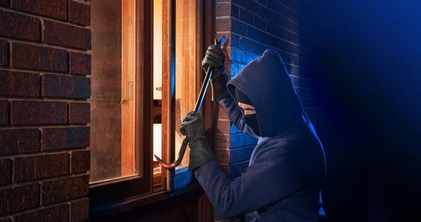 Иногда параллельно с этой статьей проникших в жилище наказывают и по статье «Мошенничество»