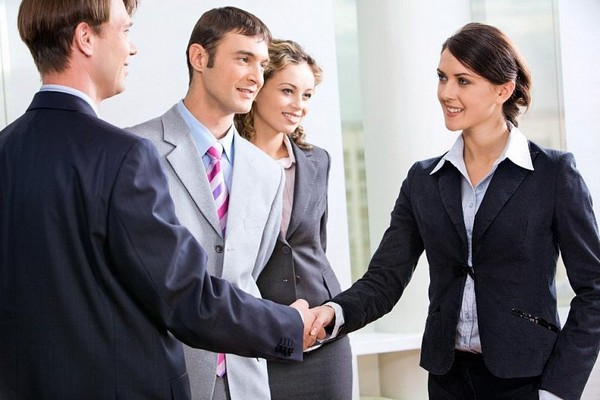 Иногда у сотрудников нет определенного рабочего места, и тогда в трудовом договоре указывается лишь расположение организации