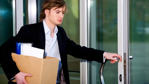 Человек может быть уволен при переводе супруга на другое место службы/работы