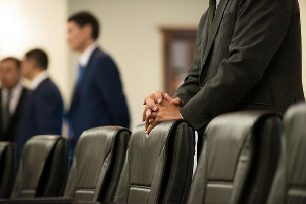 Госслужащий должен завершить все обязанности, которые касаются конкретной организации