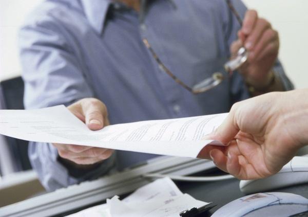 Приостановление профессиональной деятельности может быть наложено как на конкретное лицо, так и на организацию с прекращением ее функционирования на период проведения расследования