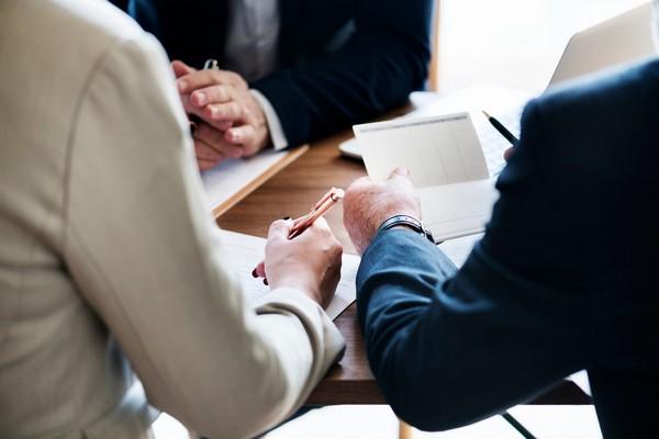 Можно составить договор с юристом, чтобы не упустить различных нюансов