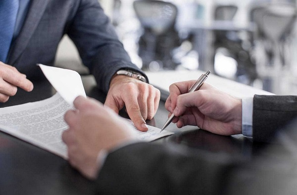 В некоторых случаях руководство организации заключает с гражданами срочный контракт. Этот фактор должен быть разъяснен служащему устно и включен в оформляемый документ