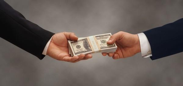 Все во многом зависит от того, кому принадлежат деньги или что-либо иное, что передается в качестве взятки
