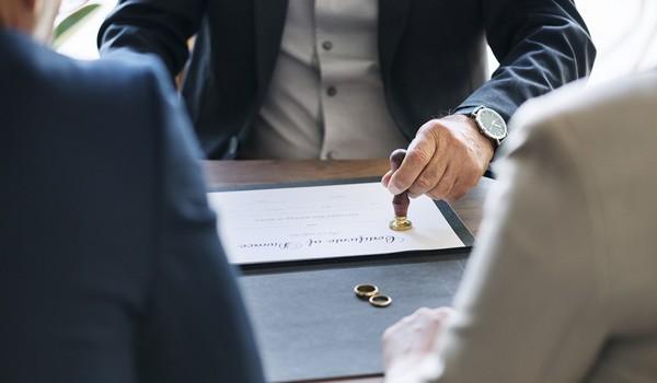Договор можно заверять у нотариуса после того, как он будет проверен и подготовлен