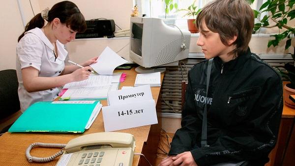 Подростки имеют право устроиться на посильную для них работу - это поможет обеспечить себя карманными деньгами, хотя бы немного сняв финансовую нагрузку с родителей. Кроме того, у подростка появляется возможность собрать нужную сумму на вещь, о которой он мечтал, самостоятельно