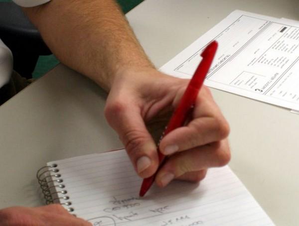 Задержанные имеют право на получение ручки и бумаги для написания жалоб, заявлений, писем и т.д.