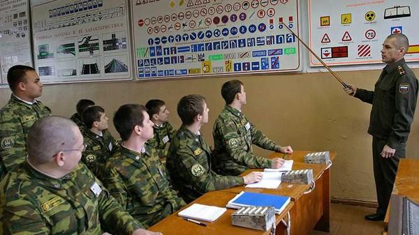 В различных государственных университетах есть военная кафедра