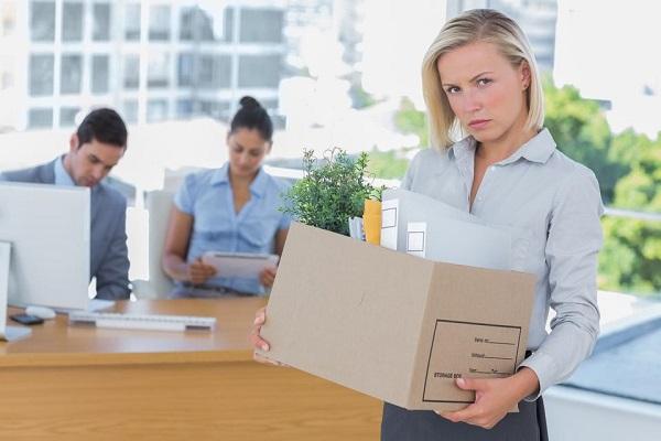 Об изменениях, вносимых в контракт, служащий предупреждается, как минимум, за два месяца, в течение которых он должен обдумать предложенные условия