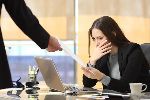 Предупреждение об увольнении в связи с сокращением или ликвидацией организации работник должен получить и подписать за 2 месяца до расторжения ТД