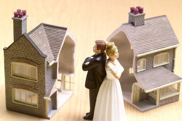 Считается, что составление брачного договора очень выгодно при разделе имущества