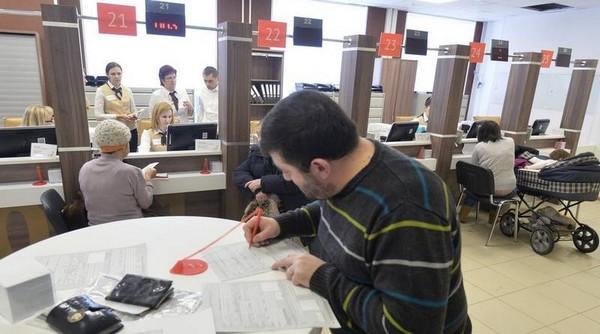 Чтобы получить свидетельство о регистрации, можно обратиться в МФЦ, МВД, паспортный стол и проч.