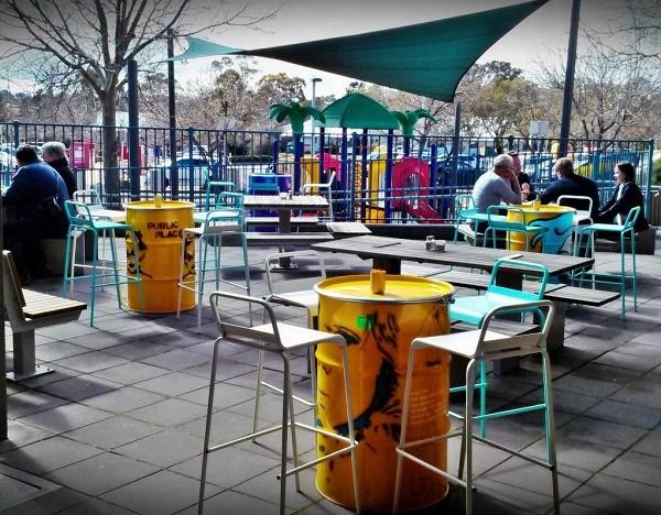 Кафе или рестораны, например, не могут быть общественными местами, так как у каждого из них имеется собственник, принимающий решение пустить вас и иных граждан на территорию своего объекта