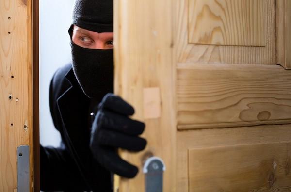 Если человек против того, чтобы в его жилье заходили, при этом никаких особенных ситуаций не случилось, значит, проникновение будет незаконным