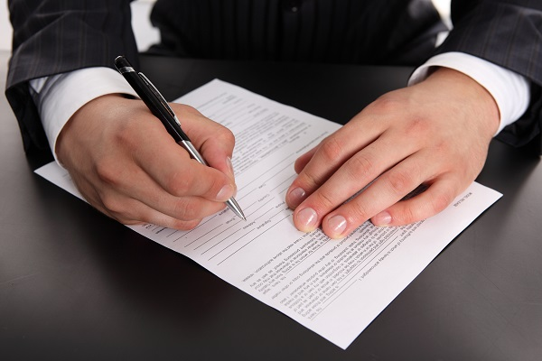 В каждом отдельном случае, в зависимости от должности служащего, в контракте оговариваются особенности его обязанностей и условий работы