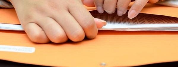 Конверты с закрытым завещанием вскрываются в присутствии предполагаемых наследников, текст документа оглашается сразу же после открытия наследства