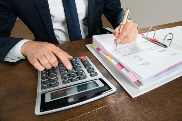 Ежемесячно с зарплаты вычитается налог в размере 13%