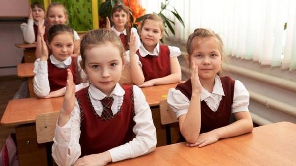 Девушки должны укладывать волосы, будучи в школе