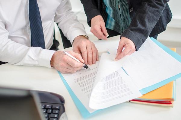 В случае необходимости в связи с отсутствием нотариуса завещание может быть удостоверено должностным лицом, имеющим для этого полномочия. Однако при проведении этой процедуры должны присутствовать два свидетеля