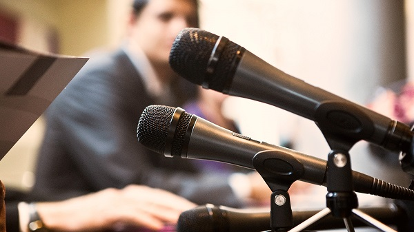 Судья должен сдержанно выражать свое мнение, касающееся работы своих коллег для СМИ. Несогласие с их поведением может быть высказано только в пределах судейского сообщества