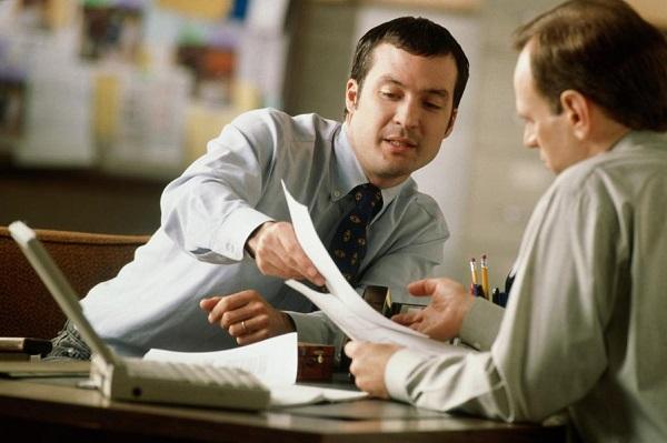 Перед тем, как поставить подпись, дополнительное соглашение рекомендовано тщательно изучить, так как неучтенная или пропущенная информация, указанная нанимателем, может стоить работнику штрафа