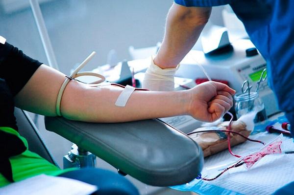За донором сохраняется средняя з/плата за день сдачи крови и дни, предоставленные в связи с этим для отдыха (ФЗ № 122-ФЗ от 22.08.2004 года)