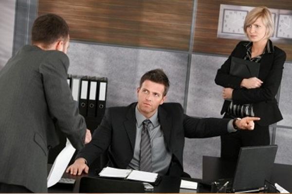 Служащие, отстраненные от работы из-за их ненадлежащего поведения на работе или в общественных местах, не могут выполнять свои обязанности в период расследования возникшего обстоятельства без предоставления оплаты за этот период