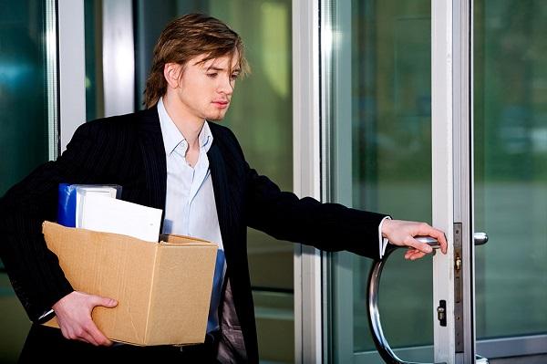 Разрыв трудовых отношений служащего с работодателем может произойти при создании различных обстоятельств, возникших как с одной, так и с другой стороны, а также по независящим от сторон причинам