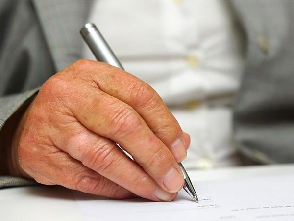 Если гражданин, находящийся в одном из названных условиях, обращается к должностному лицу с просьбой привлечь к оформлению нотариуса, то его желание по возможности должно быть удовлетворено