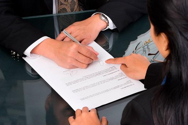 Полная отмена завещания должна происходить в присутствии двух свидетелей, которых нотариус обяжет хранить тайну путем подписания определенного документа